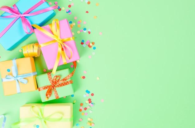Bunte geschenkboxen und papierkonfetti