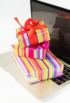 Bunte geschenke auf laptopnahaufnahme