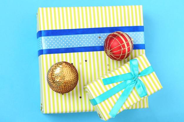 Bunte geschenke mit luxusbändern auf farbigem hintergrund