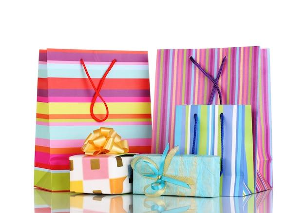 Bunte geschenktüten mit geschenken isoliert auf weiß
