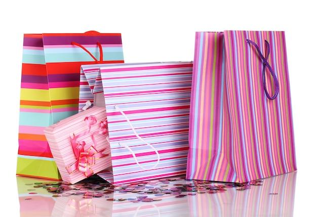 Bunte geschenktüten und geschenke mit konfetti isoliert auf weiß