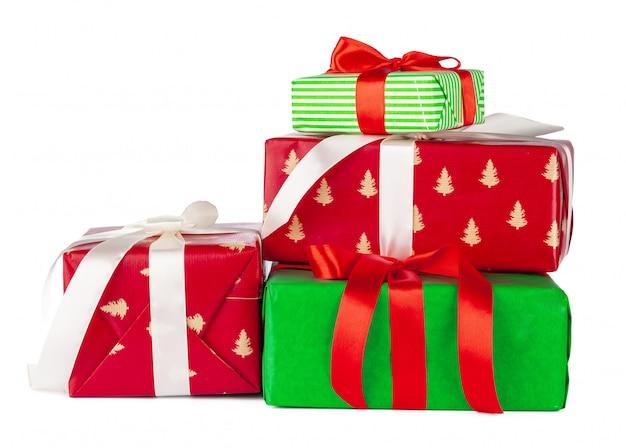 Bunte gestapelte geschenkboxen lokalisiert auf weißem hintergrund
