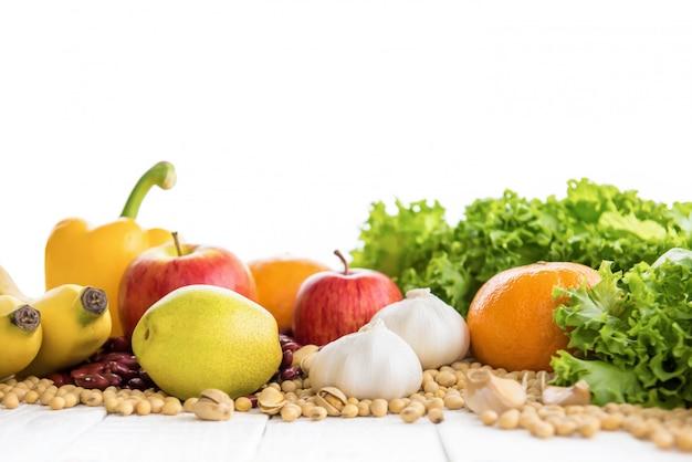 Bunte gesunde früchte, gemüse, nüsse und gewürze