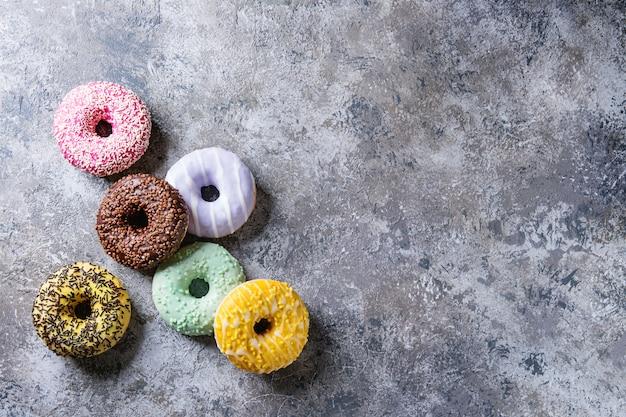 Bunte glasierte donuts