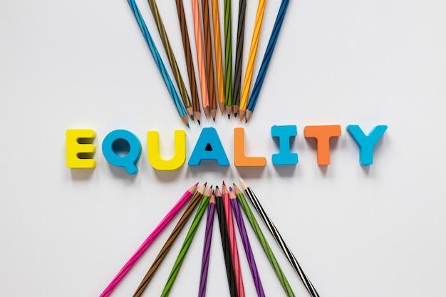 Bunte gleichheitsbeschriftung mit bleistiften