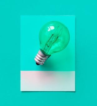 Bunte glühlampe auf einem papier