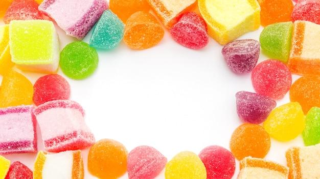 Bunte gummiartige süßigkeit auf einem weißen hintergrund.