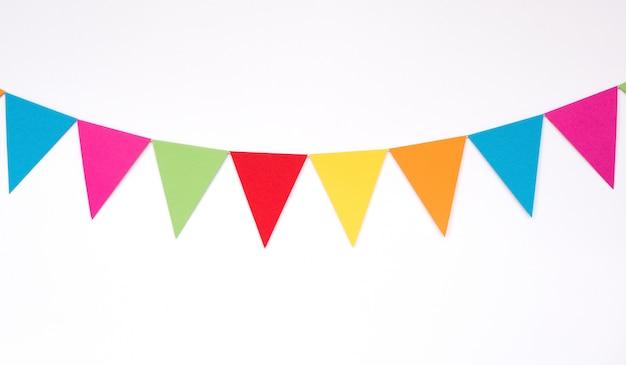 Bunte hängende papierflaggen, dekoreinzelteile für partei, festival, feiern ereignis