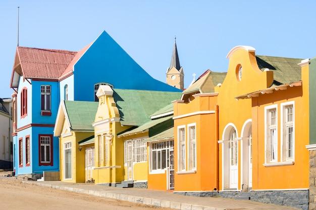 Bunte häuser in luderitz - architekturkonzept mit alter deutscher artstadt in süd-namibia