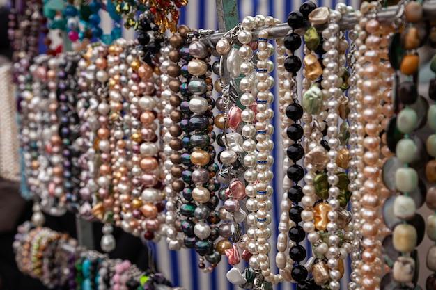Bunte halskette aus edelsteinen und farbigen perlen