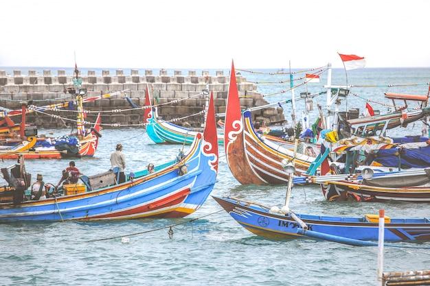 Bunte handgefertigte balinesische fischerboote