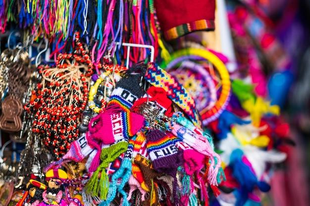 Bunte handgefertigte souvenirs zum verkauf auf dem nachtmarkt cusco peru