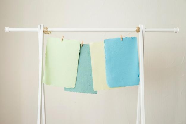 Bunte handgemachte papiere, die auf schnur trocknen