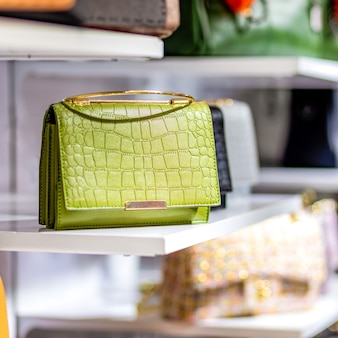 Bunte handtaschen in einem luxusmodegeschäft