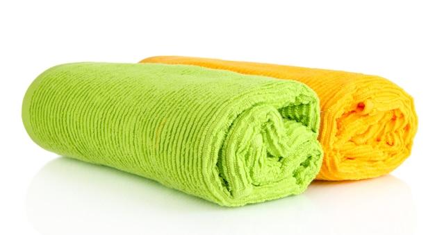 Bunte handtücher lokalisiert auf weiß