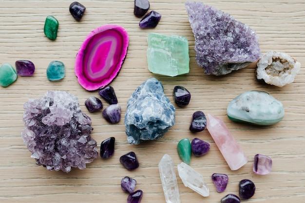 Bunte heilkristalle auf einem holztisch