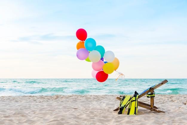 Bunte heißluftballone auf tropischem strand