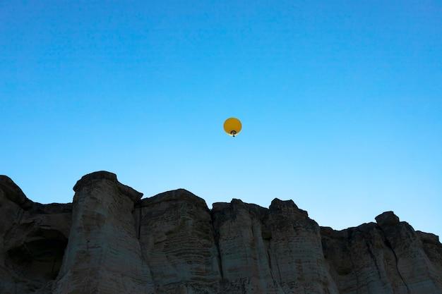 Bunte heißluftballonfliegen am himmel. foto in hoher qualität