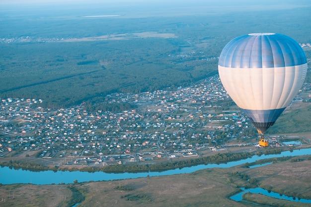 Bunte heißluftballons fliegen. ballon-festival. ballon vor dem hintergrund von himmel und sonnenuntergang, stille der natur. schönes wetter im sommer