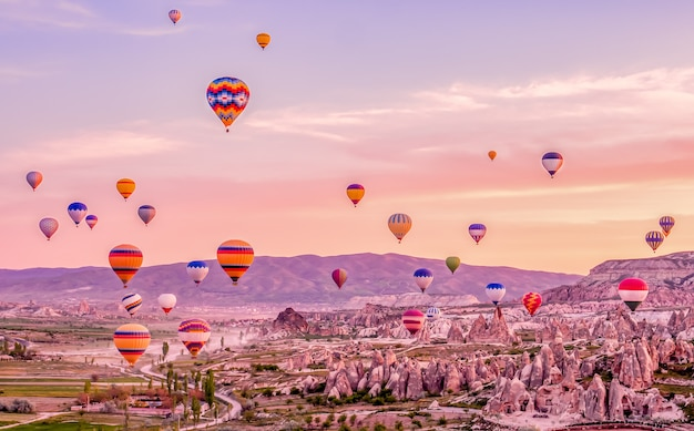 Bunte heißluftballons in kappadokien türkei