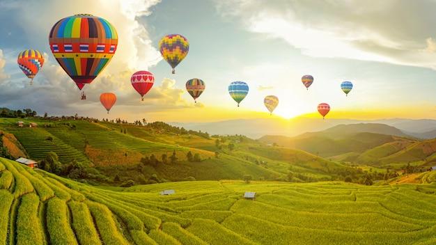 Bunte heißluftballons. sonnenuntergangsszene der ban bun loe schule, mae hong son thailand