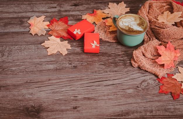 Bunte herbstdekoration der draufsichtebenenlage, tasse kaffee-ahornblätter