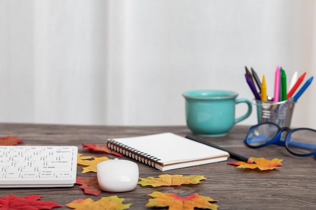 Bunte herbstdekoration mit tasse kaffee, ahornblätter