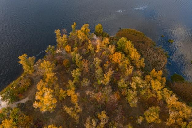 Bunte herbstlandschaft mit fluss und schönen fallbäumen