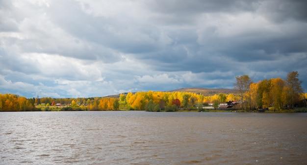 Bunte herbstlandschaft, see, bäume und bunte blätter, landschaft in russland