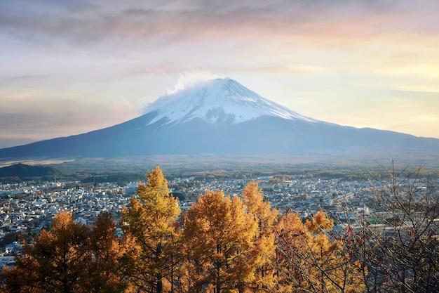Bunte herbstsaison und berg fuji mit morgennebel und roten blättern am see kawaguchiko ist einer der besten orte in japan, japan