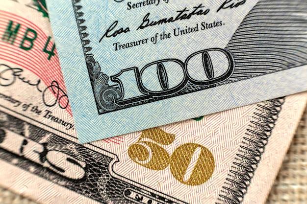 Bunte hintergrundnahaufnahme des geldes. details von amerikanischen landeswährungsbanknotenrechnungen. symbol für wohlstand und wohlstand. bargeld, geschäftigkeit und finanzkonzept.