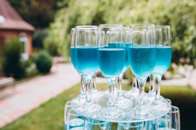 Bunte hochzeitsgläser mit champagner