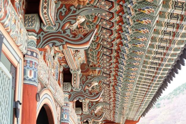 Bunte hölzerne dachkonstruktion in einem koreanischen buddhistischen tempel