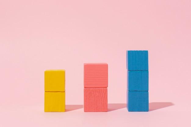 Bunte holzwürfel mit rosa hintergrund