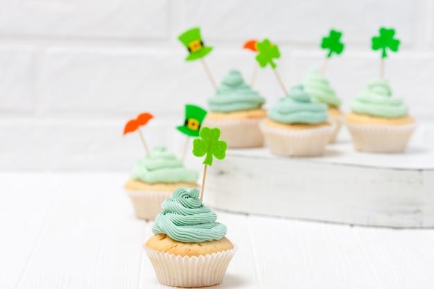 Bunte horizontale fahne st patrick tagesthema. cupcakes mit grüner buttercreme dekoriert