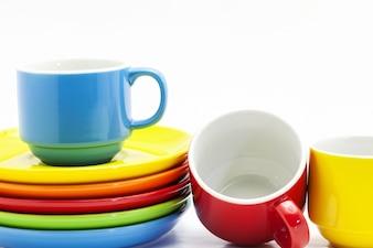 Bunte Kaffeetasse lokalisiert auf weißer Hintergrundbildatelieraufnahme