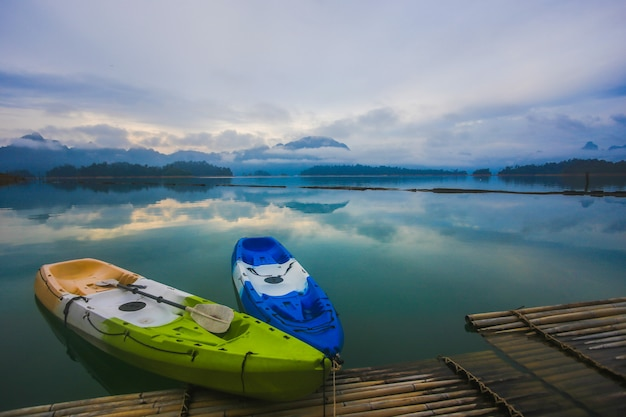 Bunte kajaks auf dem floß. blick auf die lagune