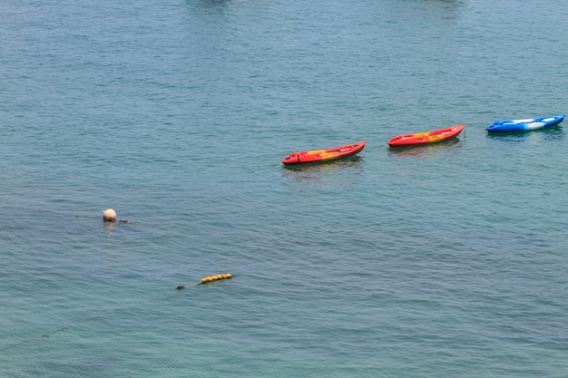 Bunte kajaks, die auf tropisches meer schwimmen