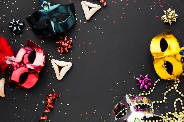 Bunte karnevalsmasken mit glitzer
