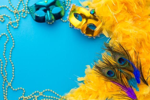 Bunte karnevalsmasken mit kopienraum