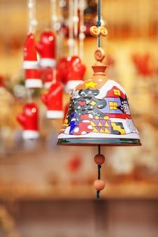 Bunte keramikglocke verkauft auf weihnachtsmarkt in europa. bell clay souvenir geschenk auf der messe.
