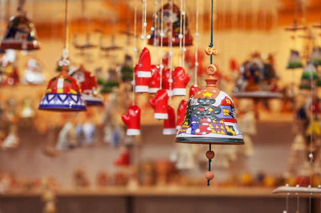 Bunte keramikglocken verkauft auf weihnachtsmarkt in europa. bell clay souvenir geschenk auf der messe.