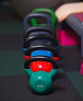 Bunte kettlebells auf dem boden des fitnessraums hautnah