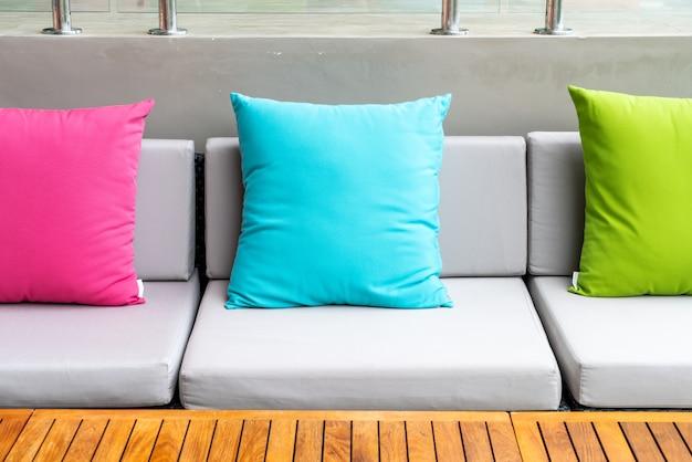 Bunte kissen auf sofa in der außenterrasse