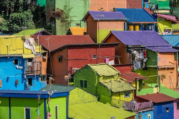 Bunte kleine häuser mit kleidern hingen draußen in einem vorortviertel