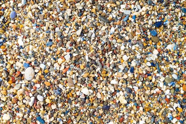 Bunte kleine kiesel oder stein im meer mit unterschiedfarbe.