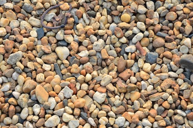 Bunte kleine kieselsteine oder steine im garten