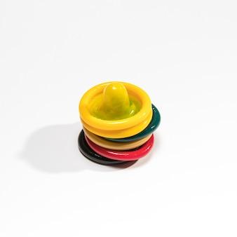 Bunte kondome der hohen winkel auf weißem hintergrund