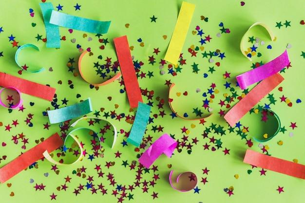 Bunte konfetti mit farbigen papierstreifen