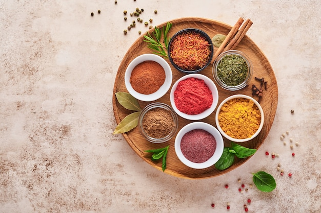 Bunte kräuter und gewürze zum kochen: kurkuma, dill, paprika, zimt, safran, basilikum und rosmarin